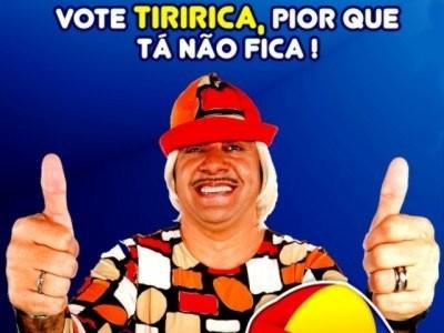 Tiririca faz teste de leitura e ditado para tentar provar à Justiça Eleitoral que não é analfabeto