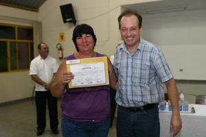 Jovens e adultos recebem certificados da EJA