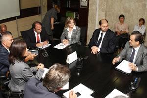 Gleisi Hoffmann acompanha prefeitos do litoral em reunião em Brasília