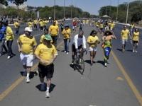 Brasilienses fazem manifestação em favor do jogo de abertura da Copa 2014