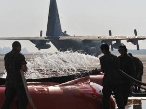 Avião Hércules da FAB ajuda a combater incêndios florestais no DF