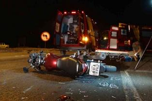 Motociclistas batem em carro e PM desconfia de racha