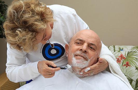 Instituto Cidadania divulga imagem de Lula careca durante tratamento de câncer