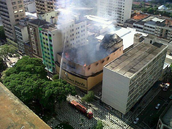 Incêndio de grandes proporções destrói o Teatro Ouro Verde