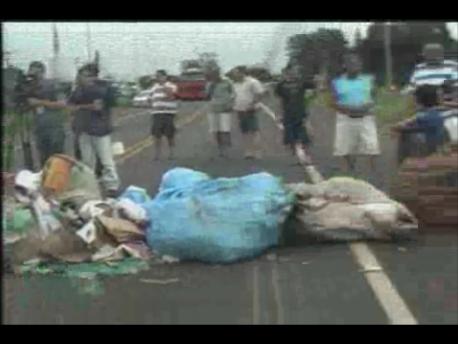 Recicladores fecham a PR 445 em Cambé (Vídeo)