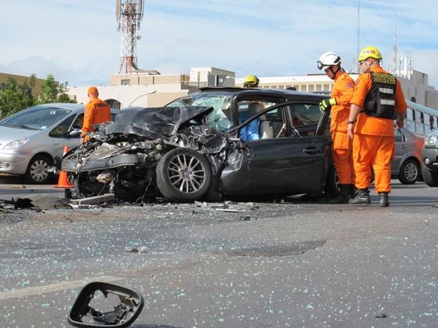 Homem morre na W3 Norte em Brasília após bater carro na traseira de ônibus
