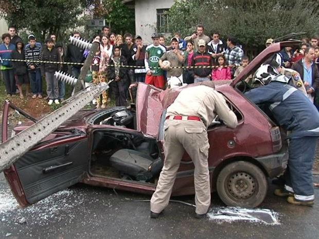 Poste cai sobre carro estacionado e mata passageira de 16 anos, no PR