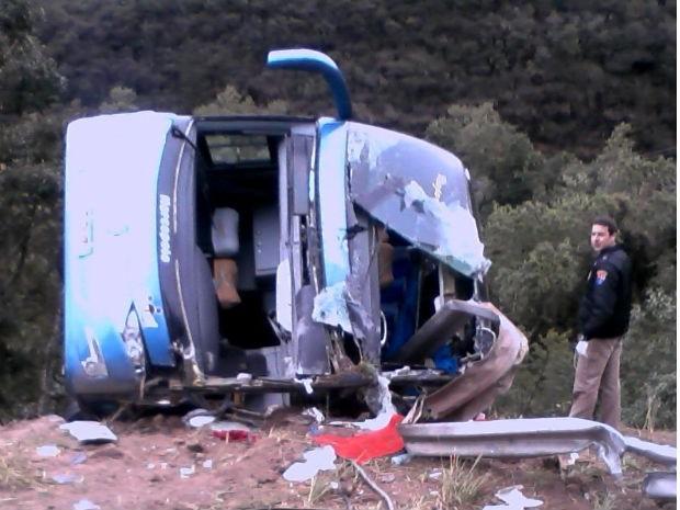 Ônibus caiu em uma ribanceira após bater na lateral do caminhão (Foto: Divulgação / PRE)