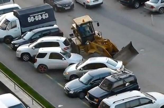Russo dirige bêbado pá-carregadeira e atinge carros estacionados