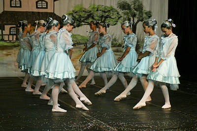 Dança e música no CAIC; violeiros na Associação dos Operários