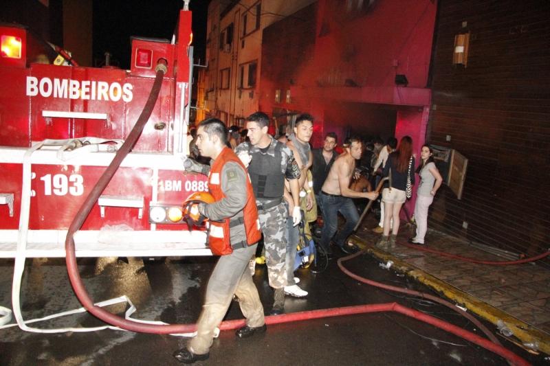 Corpo de Bombeiros revisa para 232 número de mortos em tragédia de Santa Maria