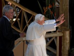 Ao chegar a Castel Gandolfo, Bento XVI diz que agora é um simples peregrino