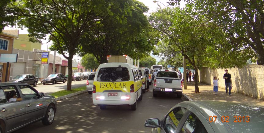 Movimento de carros e vans na volta as aulas em Cambé
