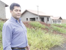 Vereador mostra obras paralisadas de 66 casas que serão destinadas a famílias de baixa renda