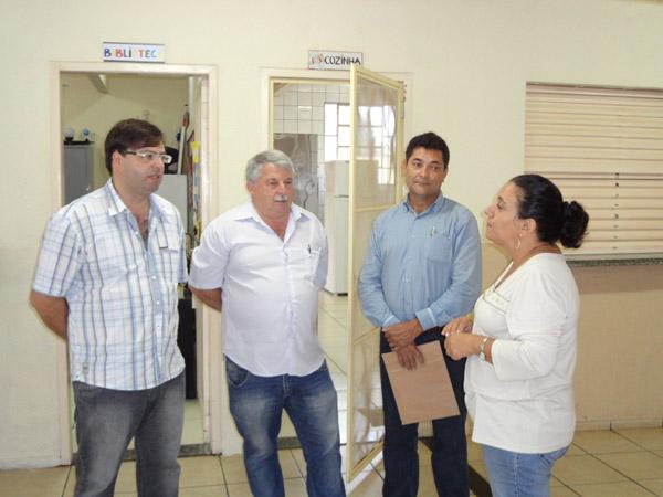 Na Escolas Municipal Alvorada, os Vereadores foram recepcionados pela diretora Vânia Aparecida Buranello.