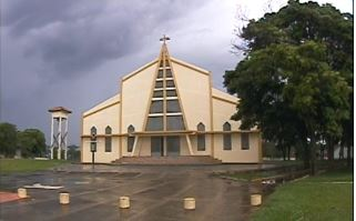 Menina é expulsa de igreja após discordar do padre em reunião
