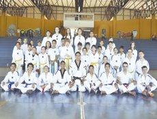 Atletas da Associação Refúgio trazem 12 medalhas e um troféu de Foz do Iguaçu