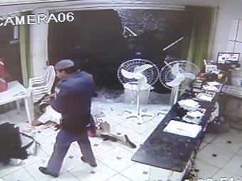 Polícia executa ladrões que atacavam pizzaria – veja o vídeo