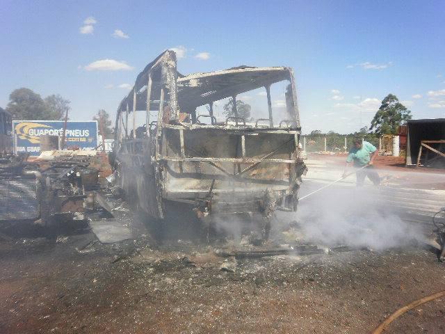 Ônibus pega fogo em Cambé