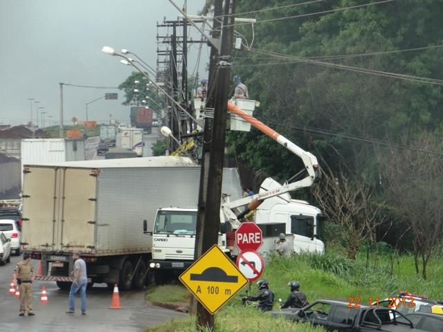 Acidente complica trânsito e deixa casas sem energia em Londrina