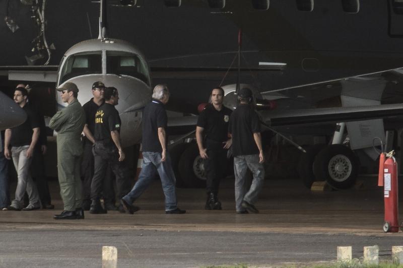 Avião da Polícia Federal com réus do mensalão chega a Brasília