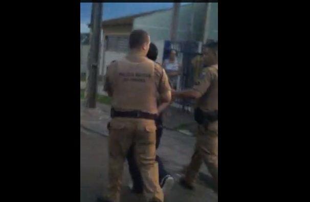 Sem viatura, policiais pedem carona para conduzir preso no Paraná