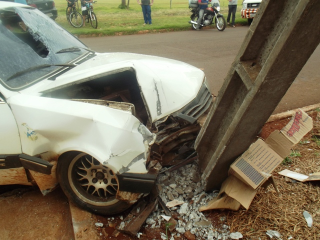 Colisão contra poste deixa quatro feridas em Cambé
