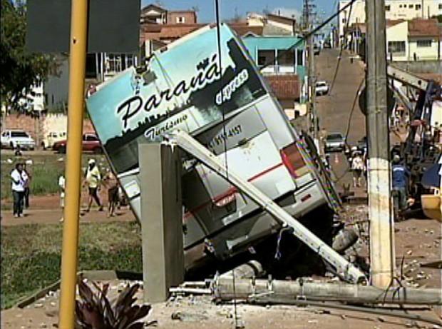 Motorista foge após ônibus de Cambé ficar pendurado em ponte em Taquarituba