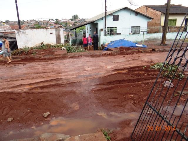 Chuva forte, ventos e enxurrada causam transtornos em Cambé.