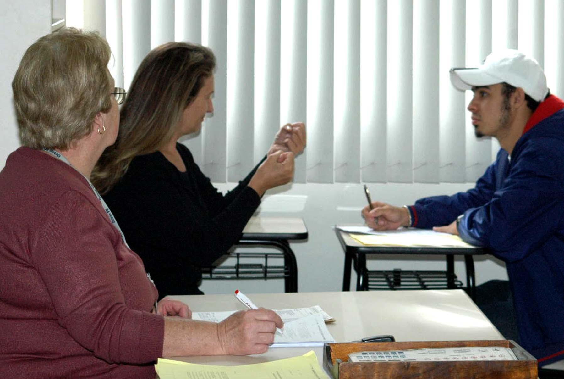 Deficientes auditivos terão intérprete de libras para carteira de habilitação