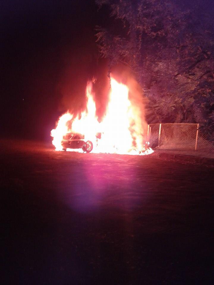 Carro tomado de assalto é incendiado em Londrina
