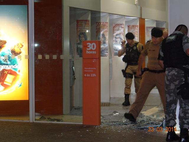 Bandidos explodem caixa de banco em Cambé