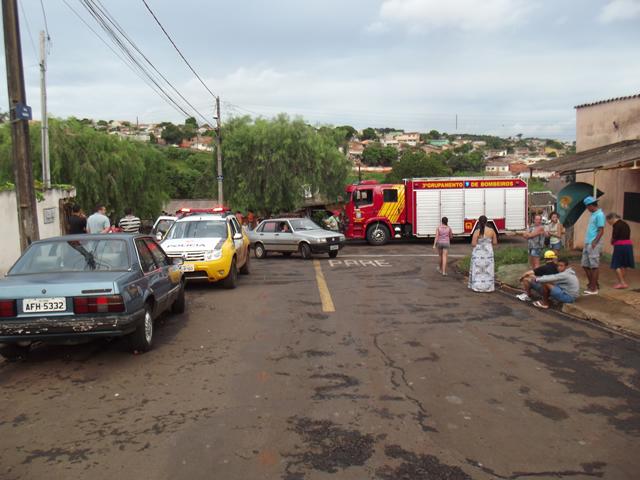 Carro fica sem freios e invade residência em Cambé