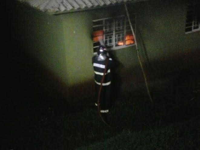 Casa é incendiada em Cambé