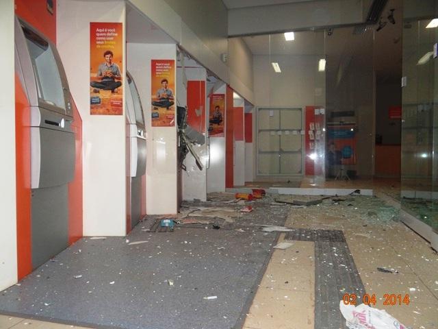 Bandidos explodem caixa eletrônico do Banco Itaú pela segunda vez