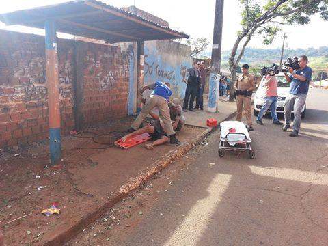Homem é espancado, arrastado por moto e amarrado em ponto de ônibus em Londrina