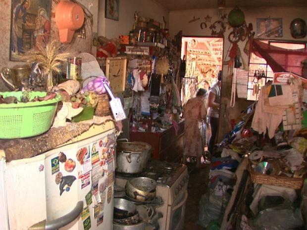 Agentes de endemias retiraram dois caminhões de lixo de uma casa habitada por uma mulher em Rolândia (Foto: Reprodução/RPC TV)