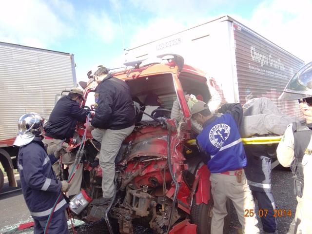 Colisão entre dois caminhões deixa vitimas presa as ferragens em Cambé