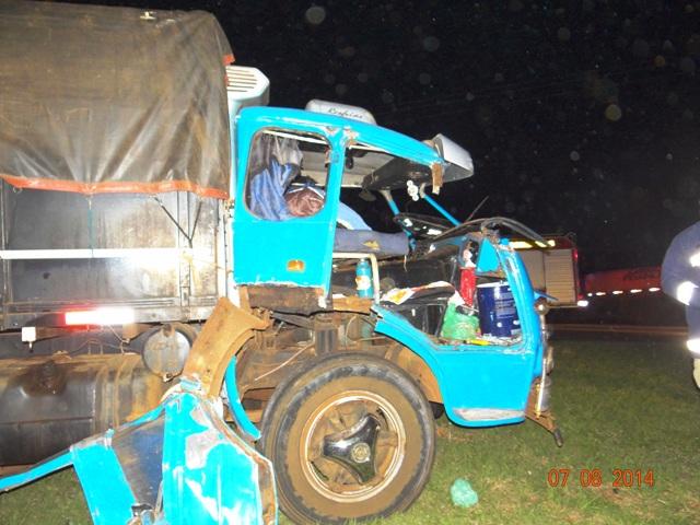 Colisão entre dois caminhões deixa mulher de 49 anos ferida na PR 445 em Cambé
