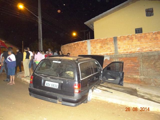 Sem freios mulher perde o controle do veículo e bate contra o muro em Cambé