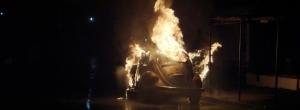 Incêndio destrói veículo na marginal da PR 445 em Cambé