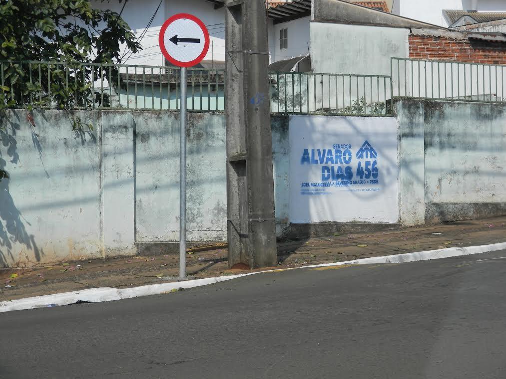 FORA DA LEI: Muro de prédio de autarquia em Cambé amanhece com propaganda de Alvaro Dias