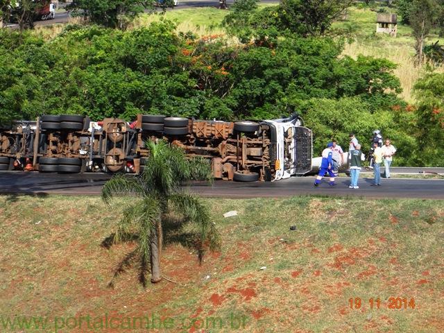 Carreta carregada de Etanol tomba na divisa entre Cambé e Londrina