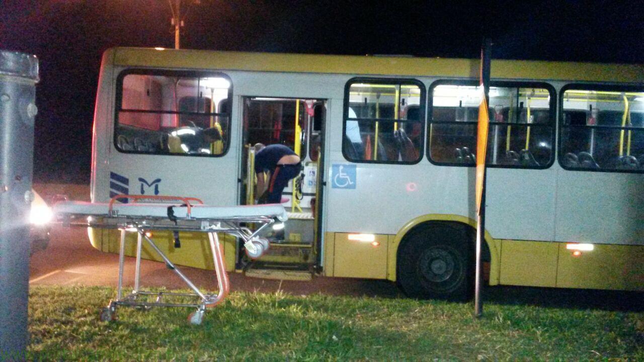 Homens armados invadem ônibus e executam mulher