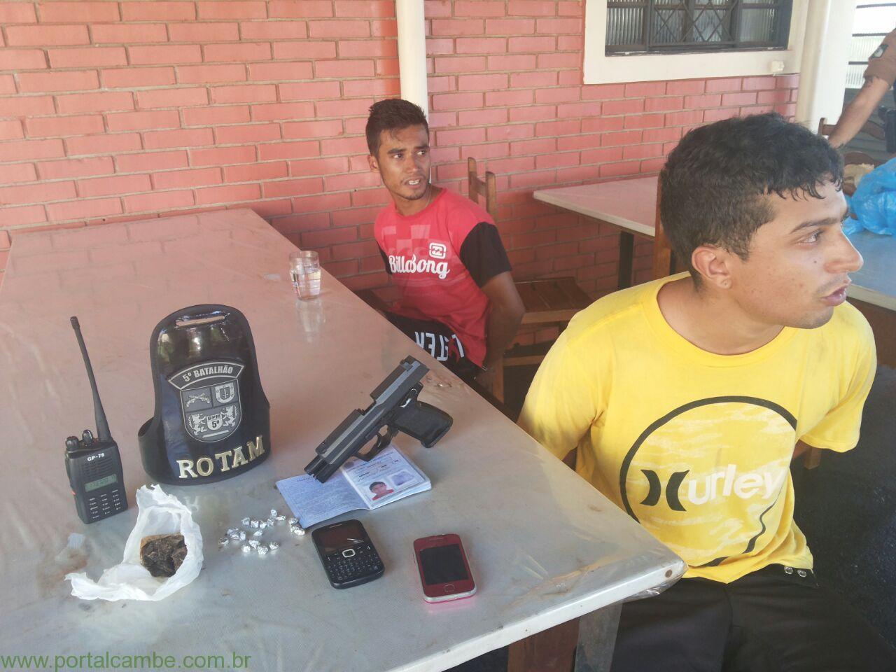 Polícia Militar prende dois jovens com drogas, Rádio da Polícia e uma arma (Vídeo)