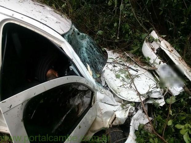 Polícia encontrou duas armas e dinheiro no carro capotado. (Foto: Polícia Militar/Divulgação)