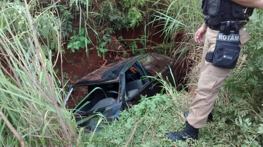 Motorista perde o controle do veículo e vai parar dentro do córrego em Cambé