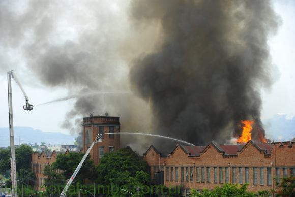Incêndio de grandes proporções atinge lojas do shopping Nova América, em Del Castilho, na zona norte do RioFernando Frazão/Agência Brasil