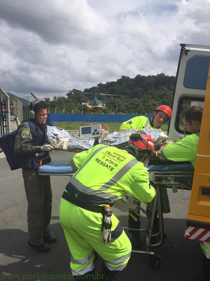 Carreta tomba na serra da BR 376 em Guaratuba e casal fica gravemente ferido; helicóptero da PRF resgata uma das vítimas