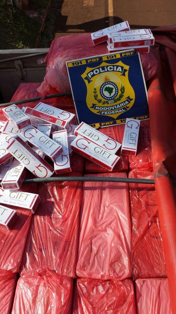PRF apreende carreta bitrem carregada com 400 mil maços de cigarro contrabandeados no Paraná